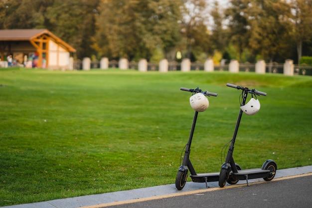 脇道に駐車した2台の電動キックスクーターまたはeスクーター