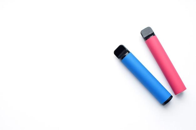 Две электронные сигареты на белом фоне. место для вашего текста.