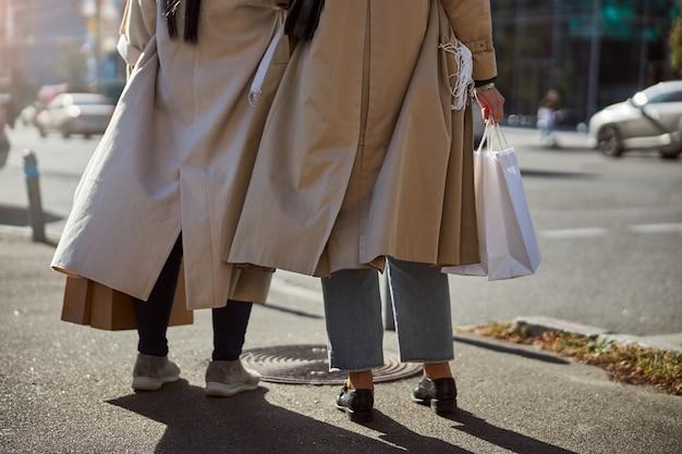 거리에 서 있는 두 우아한 여성