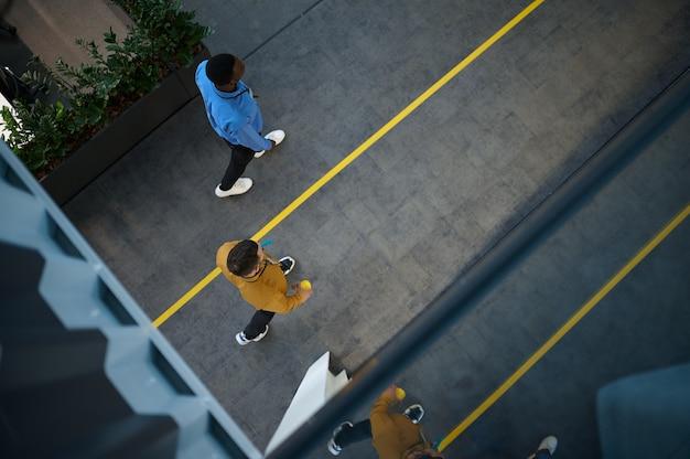 두 명의 직원, it 사무실의 발코니에서 위쪽 전망
