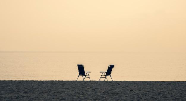 ビーチの2つの空の椅子