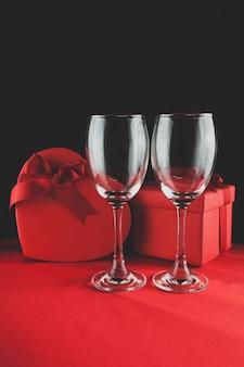 2つの空のカップと背後に2贈り物