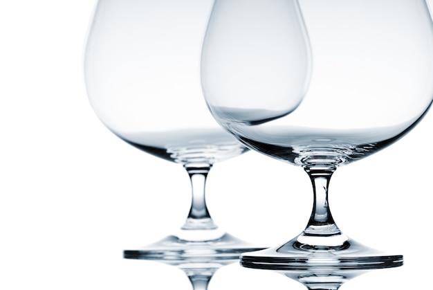 흰색 바탕에 브랜디에 대 한 두 개의 빈 잔