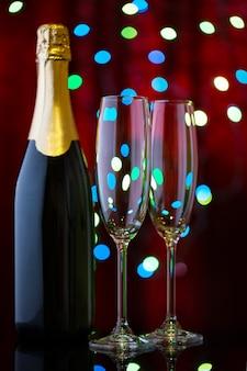 Два пустых бокала для шампанского и бутылки