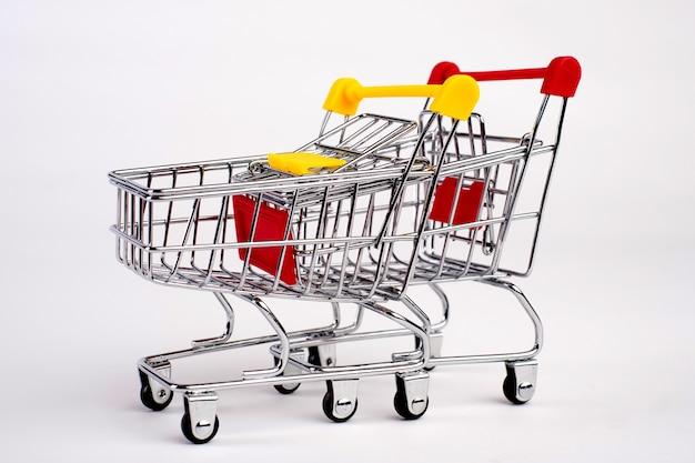 두 개의 빈 식료품 쇼핑 카트 격리 됨