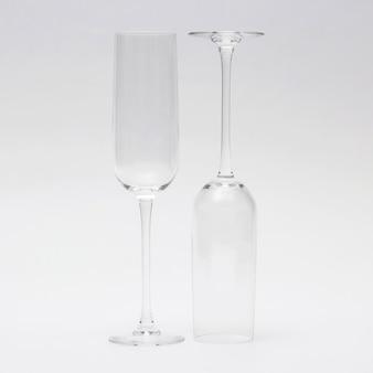 明るい背景に2つの空のワイングラス。飲むアイテム