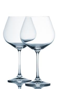 白い背景の上の2つの空のワイングラス