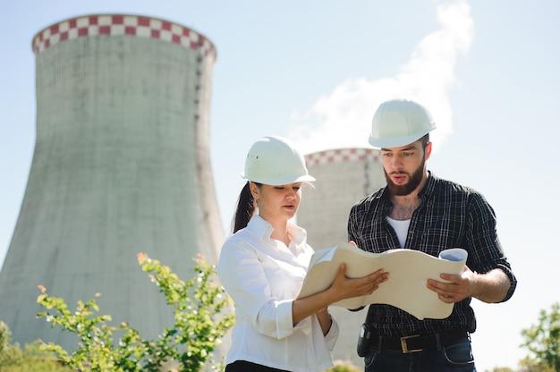 발전소에 서, 계획 논의 두 엔지니어.
