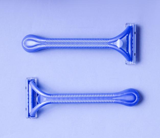 Две бритвы для эпилятора на синем фоне