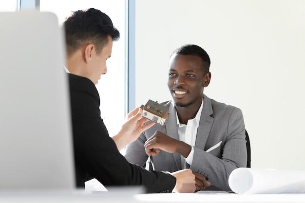 Два руководителя строительной компании обсуждают проект нового жилья.