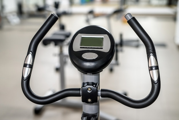 Два велотренажера в тренажерном зале.