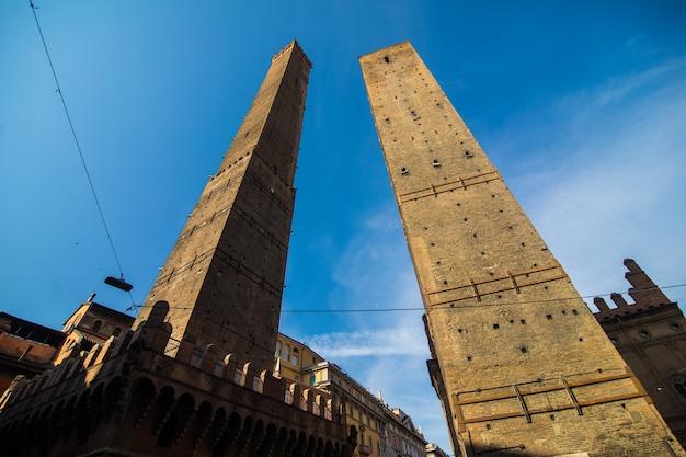 イタリア、エミリア・ロマーニャ州ボローニャの朝の2つの有名なボローニャの斜塔アシネッリとガリセンダ