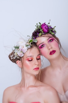 Две модные бьюти-модели с профессиональным ярким макияжем
