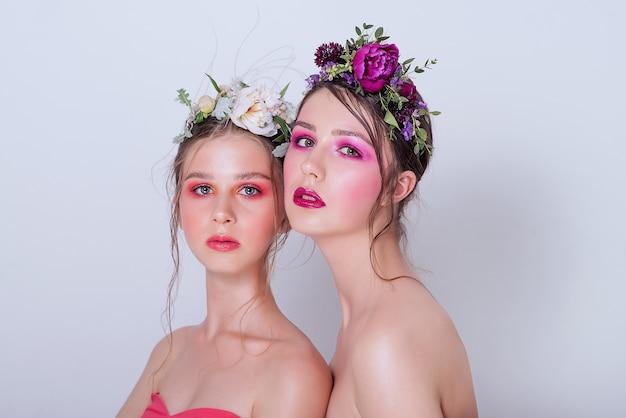 プロの明るいメイクの2つのファッション美容モデル