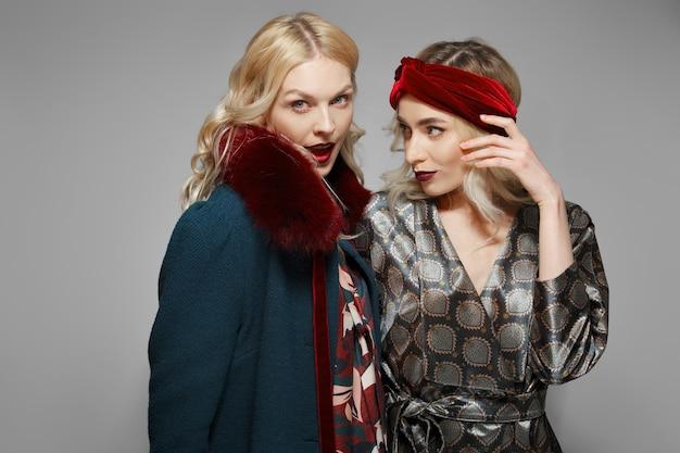 驚きと不信を表す2つのファッションモデル。疑わしい人。
