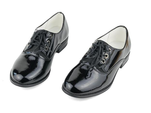 Две модные черные женские туфли на белом фоне.
