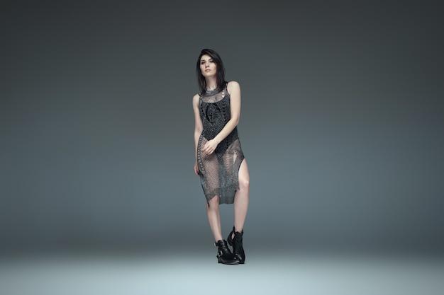 ポーズ黒の流行の服を着ている2つのファッショナブルな女の子