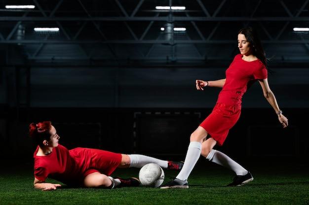 Две футболистки