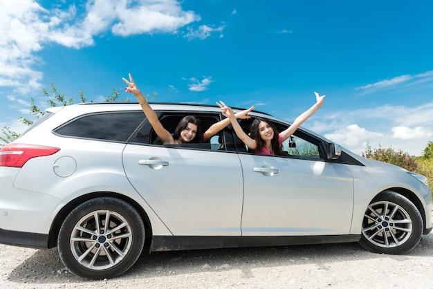 두 여자 친구가 여름 여행을 즐깁니다. 라이프 스타일로서의 모험