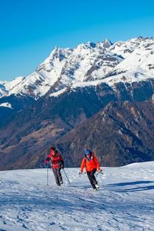 雪の中で登山散歩中に2人の女性の友人