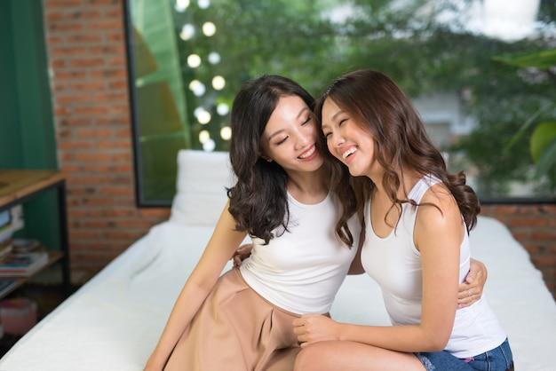 침대에 란제리에 두 여자 친구