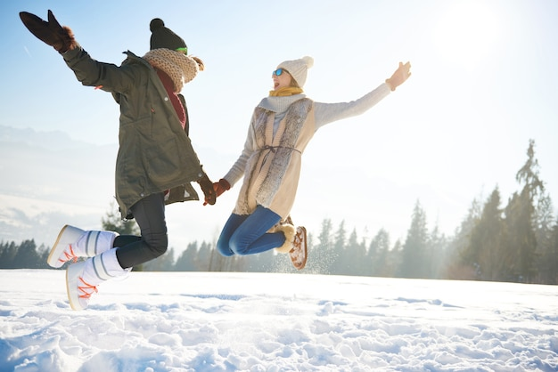 Две подруги прыгают так высоко