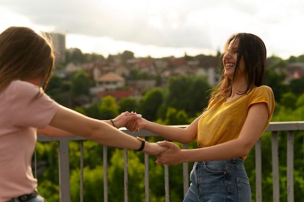 屋外で一緒に時間を過ごす2人の女性の友人 Premium写真