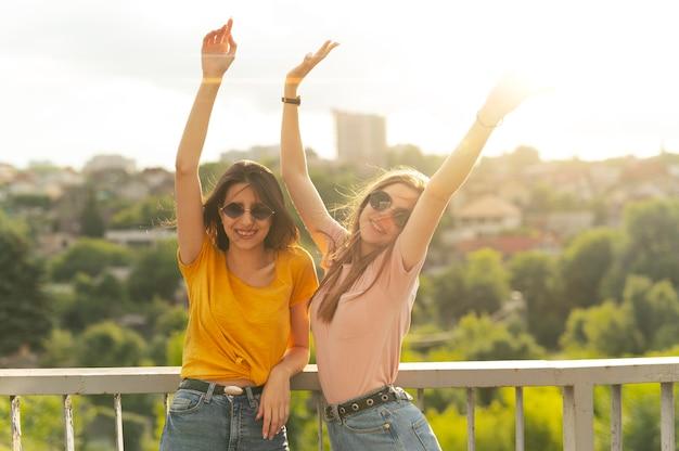 屋外で一緒に時間を過ごす2人の女性の友人