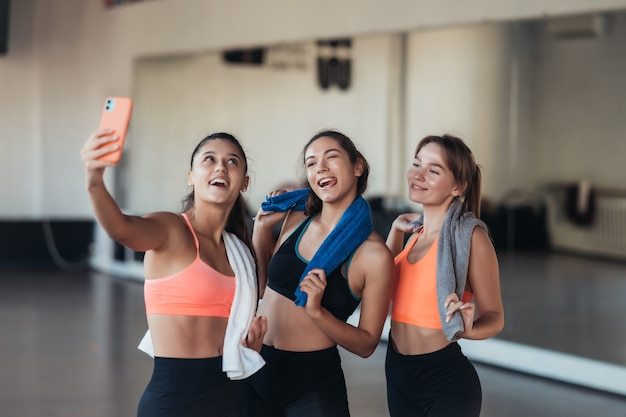 체육관에서 열심히 운동한 후 셀카 사진을 찍는 두 여자 친구.