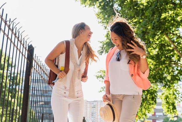 야외 여행을 즐기는 두 여성 관광객