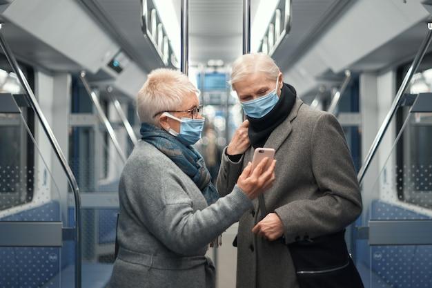 地下鉄に乗っている間に自分撮りをしている2人の女性観光客