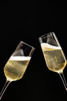 Празднование двух праздничных бокалов с шампанским
