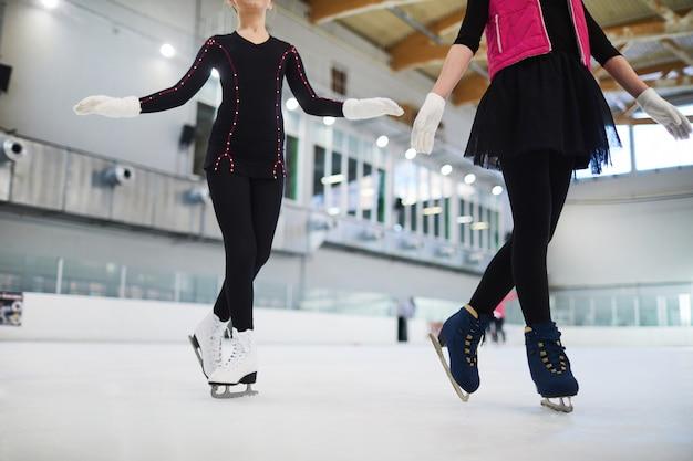 2人のフィギュアスケートのポーズ