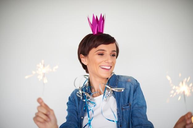 Два фейерверка в руках молодой женщины