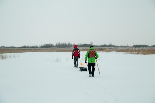 冬の漁師にそりを持った2人の漁師