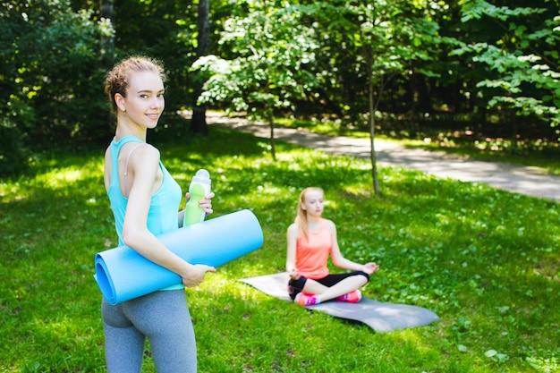 公園で2つのフィットネス女の子。