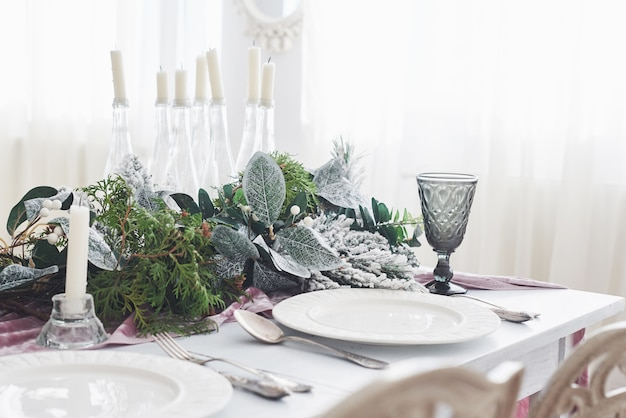 2つのフラスコとクリスマスパーティーの前に白いテーブルの上の皿