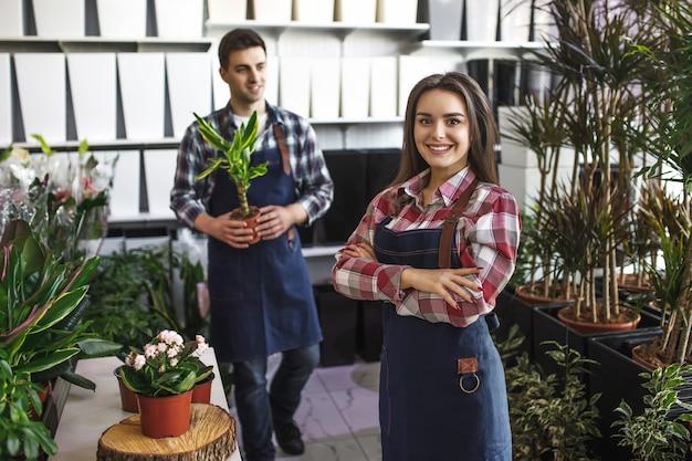 Два флориста в цветочном магазине