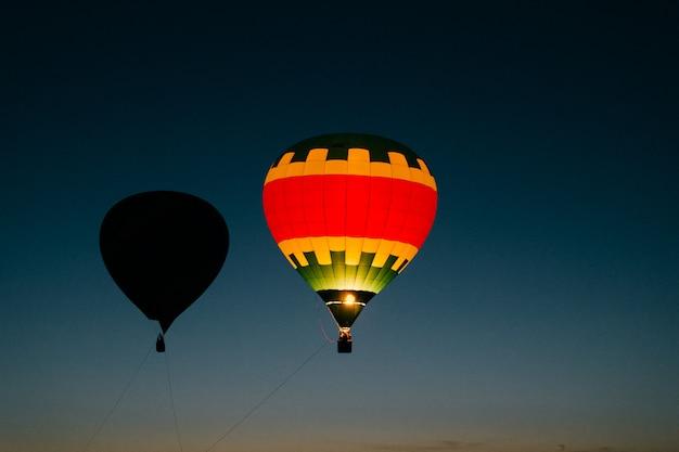 밤 하늘에서 두 개의 비행 풍선