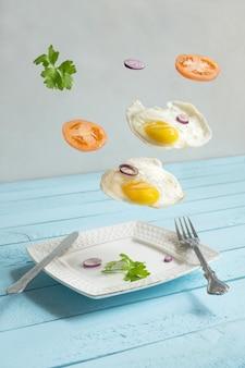 두 개의 비행 공중 부양 계란, 토마토 및 펀치.