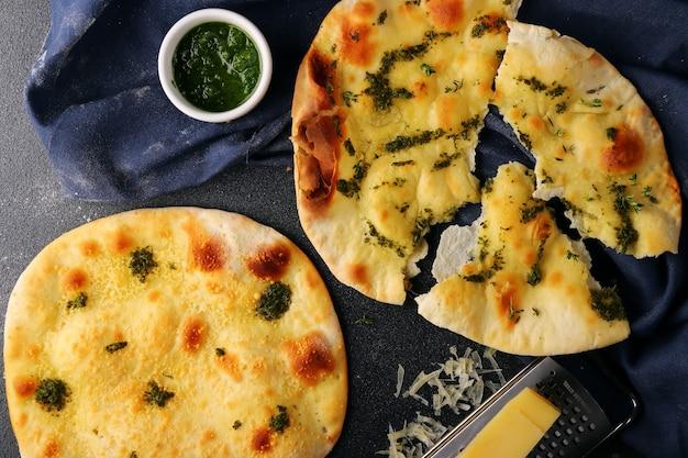 페스토와 파르 메산 치즈 상위 뷰가있는 두 개의 focaccia. 페스토와 이탈리아 채식 focaccia.