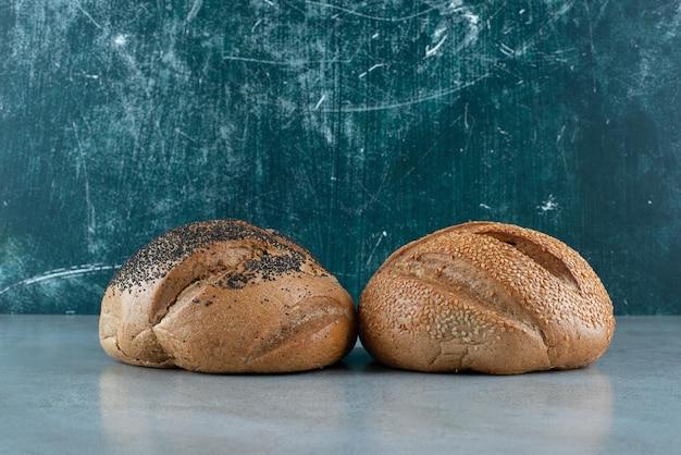 Due pane fragrante su marmo.