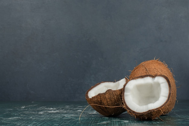 Due noci di cocco fresche sulla superficie di marmo