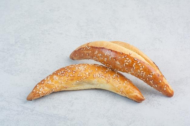 Due deliziosi croissant freschi su sfondo bianco