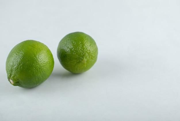 Два свежих лайма. фото крупным планом. органические цитрусовые.