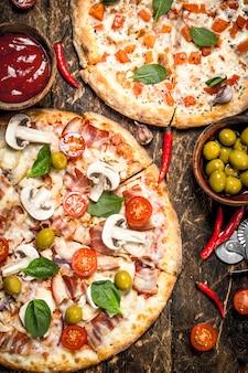 ソースと2つの新鮮なピザ