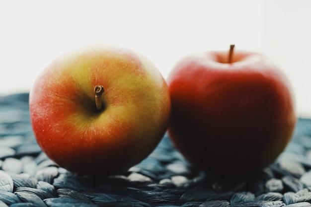 2つの新鮮な熟した小さなリンゴの果実と有機食品の概念