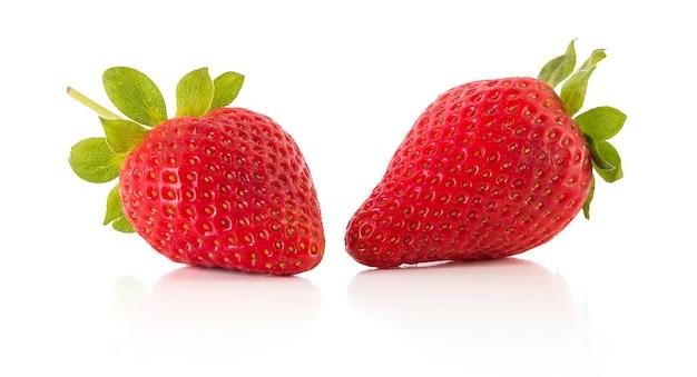 흰색 표면에 고립 된 두 신선한 딸기