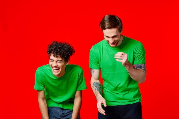 두 친구 녹색 티셔츠 패션 캐주얼 의류 스튜디오