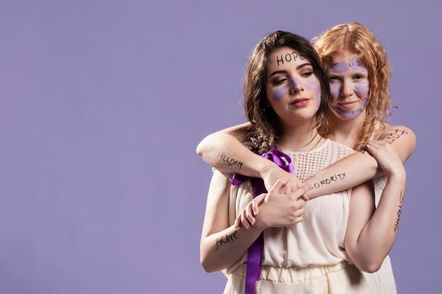 Due amici che si abbracciano mentre sono dipinti con parole potenti